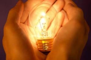 ampoule-dans-la-main
